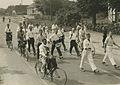 Burgerdeelnemers op het parcours van 55 km. op de Mookse baan tijdens de 23e Vie – F40383 – KNBLO.jpg