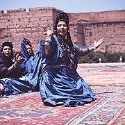 COLLECTIE TROPENMUSEUM Dansgroep uit de westelijke Sahara tijdens het Nationaal Folkore Festival te Marrakech TMnr 20017656.jpg