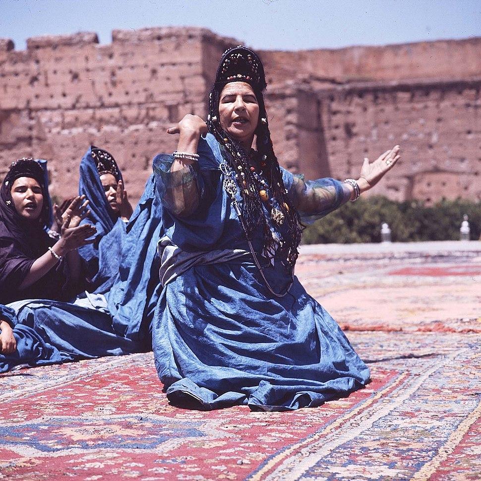 COLLECTIE TROPENMUSEUM Dansgroep uit de westelijke Sahara tijdens het Nationaal Folkore Festival te Marrakech TMnr 20017656