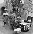 COLLECTIE TROPENMUSEUM Een Fulani vrouw verkoopt melk uit een pan TMnr 20012966.jpg