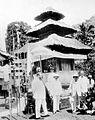 COLLECTIE TROPENMUSEUM George Clemenceau met onder meer P.V. van Stein Callenfels en C.J.I.M. Welter tijdens een bezoek aan Bali TMnr 10018666.jpg
