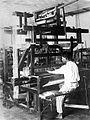COLLECTIE TROPENMUSEUM Handweeftoestel ontworpen en vervaardigd door de Textielinrichting Bandoeng TMnr 10014440.jpg