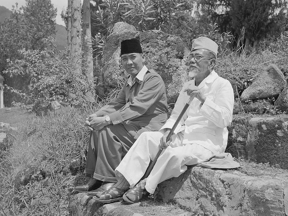 COLLECTIE TROPENMUSEUM President Soekarno tijdens een wandeling met Hadji Agus Salim TMnr 10018810