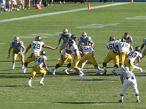 2009 California Golden Bears football team - Shane Vereen (no. 34) takes the handoff from Kevin Riley (no. 13)