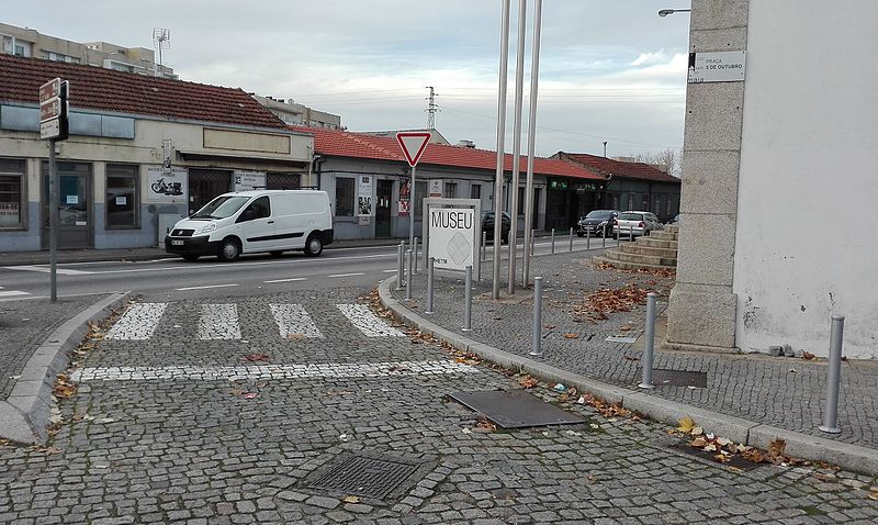 File:Castêlo da Maia rua.jpg