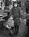 Celso Emilio, con case tres anos de idade, xunto á súa irmá Pilar. Celanova 15 de decembro de 1914.jpg