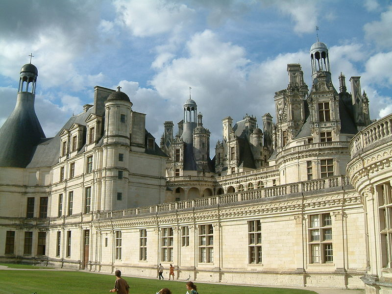 http://upload.wikimedia.org/wikipedia/commons/thumb/1/1e/Ch%C3%A2teau_de_Chambord_15.jpg/800px-Ch%C3%A2teau_de_Chambord_15.jpg