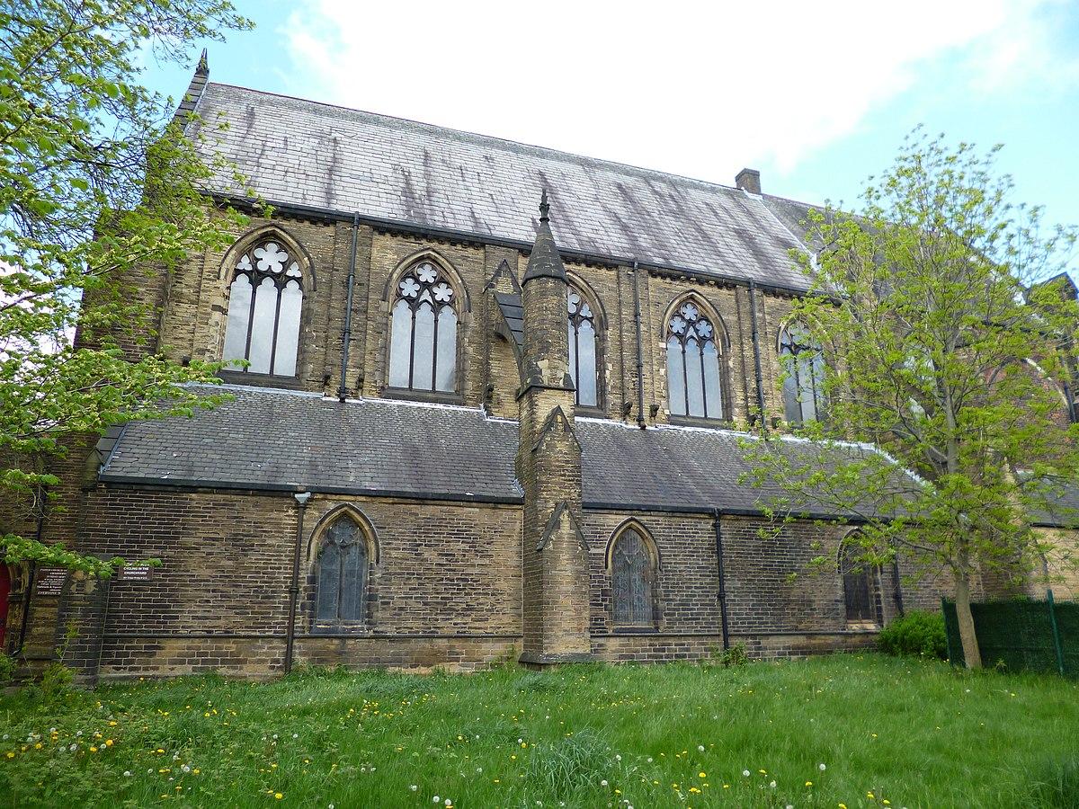 Chadderton, St Lukes church (geograph 3473525).jpg