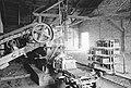 Chylice. Cegielnia w Chylicach. Wnętrze budynku cegielni. Widoczne maszyny (367-47).jpg