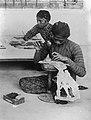 Collectie NMvWereldculturen, TM-10017734, Repronegatief, 'Vervaardiging van wajang kulit poppen, Yogyakarta', fotograaf onbekend, 1910-1937.jpg