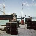Collectie Nationaal Museum van Wereldculturen TM-20029499 Arbeiders in een haven, aan het werk met vaten Aruba Boy Lawson (Fotograaf).jpg