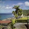 Collectie Nationaal Museum van Wereldculturen TM-20030081 Binnenplaats van Fort Oranje met het Amerikaanse monument Oranjestad -Sint Eustatius Boy Lawson (Fotograaf).jpg