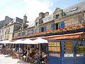 Concarneau 015 Façade fleurie d'un commerce de la Ville close.JPG
