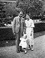 Családi fotó a Szabadság téren, 1940. Fortepan 11875.jpg