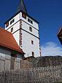 Döffingen-Kirchturm von Südosten sowie erhaltener Abschnitt der alten Kirchhofmauer-130408.JPG