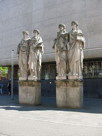 Kunsthalle Düsseldorf - Caryatid figures by Leo Müsch in front with the concrete facade of the Kunsthalle