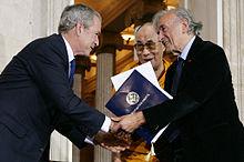 George W. Bush assieme al Dalai Lama e Wiesel il 17 ottobre 2007, durante una cerimonia alla Casa Bianca