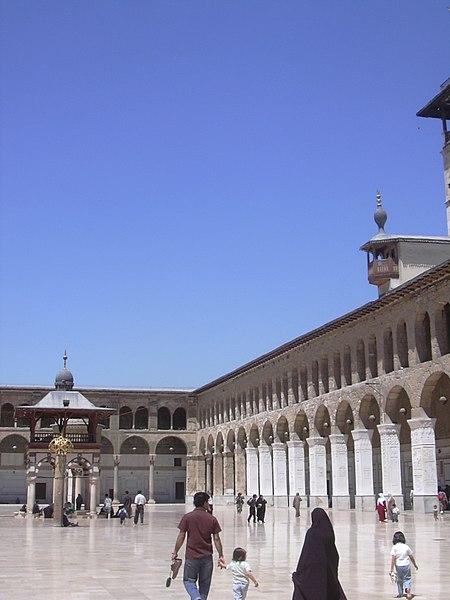 File:Damaskus, Omayadenmoschee, Ansichten vom Moscheehof mit weissem Marmor und Arkaden und dem Glockenhaus (24834249078).jpg
