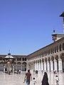 Damaskus, Omayadenmoschee, Ansichten vom Moscheehof mit weissem Marmor und Arkaden und dem Glockenhaus (24834249078).jpg