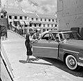 De kinderen van gouverneur Struycken verlaten een auto bij de ontvangst op Fort , Bestanddeelnr 252-2824.jpg