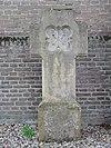 Privé-begraafplaats van de familie Van den Bergh: zandstenen kruis