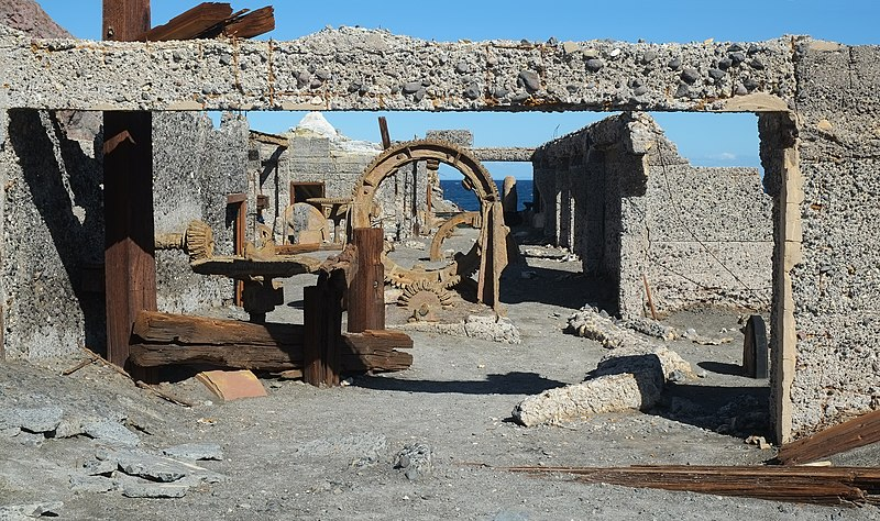 File:Derelict sulphur factory building and equipment on White Island.jpg