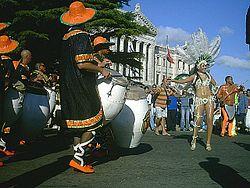 Comparsa tocando frente al Palacio Legislativo el Día Nacional del Candombe