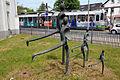 Die Straßenbahn ist da, jetzt aber schnell, scheinen die LÄUFER des Bildhauers Wolfgang Mehl vor dem VSM-Gebäude Schulenburger Landstraße Ecke Haltestelle Fenskestraße zu denken.jpg