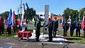 Državni sekretar mag. Miloš Bizjak ob dnevu državnosti nagovoril zbrane na tradicionalni slovesnosti pred spomenikom Dan prej v Divači 2.jpg
