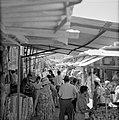 Drukbezocht marktstraatje in de stad, Bestanddeelnr 255-2274.jpg