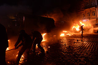 Dynamivska str barricades on fire. Euromaidan Protests. Events of Jan 19, 2014-6.jpg
