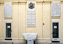 Innenhof der Bibliothèque Polonaise de Paris, dem Sitz der Polnischen historisch-literarischen Gesellschaft auf der Île Saint-Louis am Quai d'Orléans 6 in Paris, mit Namenstafeln verdienter Persönlichkeiten, einschließlich Chopin (linke obere Tafel). (Quelle: Wikimedia)