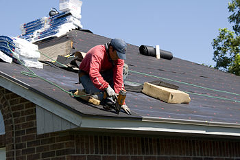 English: Norman, OK, June 22, 2010 -- A roofer...