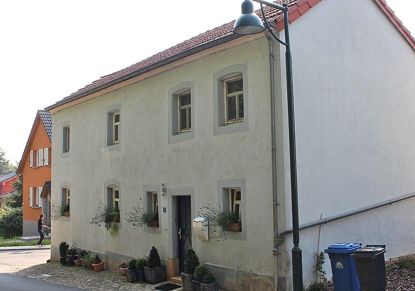 Haus op Nr 14 an der Groussherzogin Charlotte-Strooss zu Fëschbech; zënter dem 23. Mäerz 2011 am Zousaz-Inventaire vun de klasséierte Monumenter agedroen.