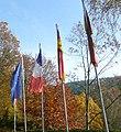 Flaggen vor dem Kurpfalz-Park (EU, F, D und RLP) - panoramio.jpg