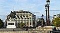 France, Paris, la statue équestre de Henri IV et la Samaritaine sur la rive droite de la Seine.jpg