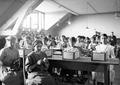 Frauen bei der Herstellung von Polsterungen für den Stahlhelm - CH-BAR - 3241277.tif