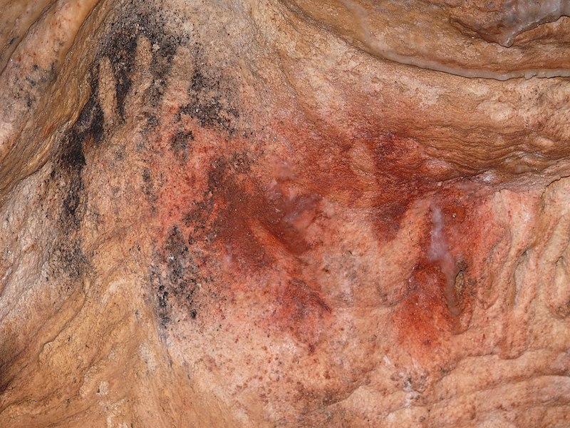 Grotte de Gargas (Aventignan) - Sanctuaire des Mains Intérieur - Main noire auriculaire incomplet pouce replié - Main rouge majeur et auriculaire incomplets - Paléolithique supérieur - Gravettien