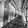 Gedeelte van de voorgevel met kozijnen in de steigers tijdens restauratie - Breda - 20332263 - RCE.jpg