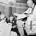 Geestelijke doopt baby, Bestanddeelnr 255-8593.jpg