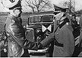 Generaal Walther von Brauchitsch begroet een andere generaal.jpg