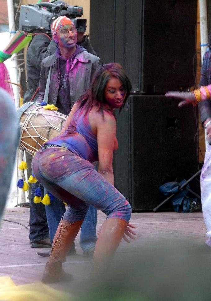 Girl dancing Holi feest 2008