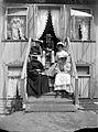 Gruppbild. Ett sällskap sitter på en verandatrappa - Nordiska Museet - NMA.0056443.jpg