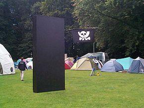 Photographie d'une reconstitution d'un monolithe disposé au sein d'un campement