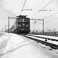 HUA-150926-Afbeelding van de electrische locomotief nr. 1142 (serie 1100) van de N.S. met rijtuigen plan E in een sneeuwlandschap ter hoogte van Utrecht.jpg