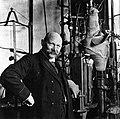 Heike Kamerlingh Onnes at his liquefactor, Leiden, 1913.jpg