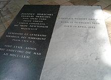 Gräber von John Herschel, links schwarzem Marmor, und Charles Darwin.  weißer Marmor in Westminster Abbey