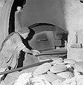 Het dorp Pekiin in Opper Galilea. Interieur van een bakkerij waar de bakker bez, Bestanddeelnr 255-3772.jpg