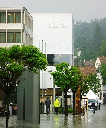 So kommt man zu Hilti Art Foundation mit den Öffentlichen - Mehr zum Ort Hier