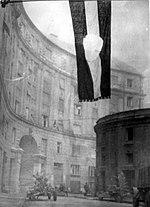 דגל הונגריה שגזרו ממנו את הסמל הקומוניסטי, במהלך המרד ההונגרי